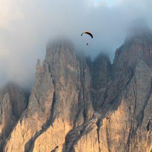 Le parapente pour voir la grandeur de la terre